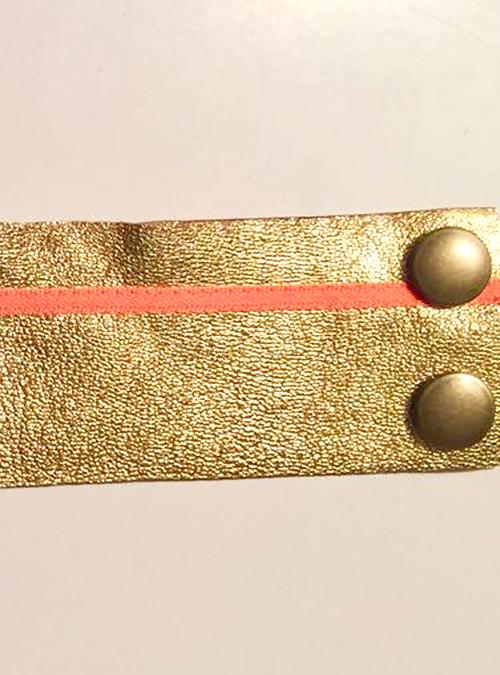 Goldenes Armband aus Leder