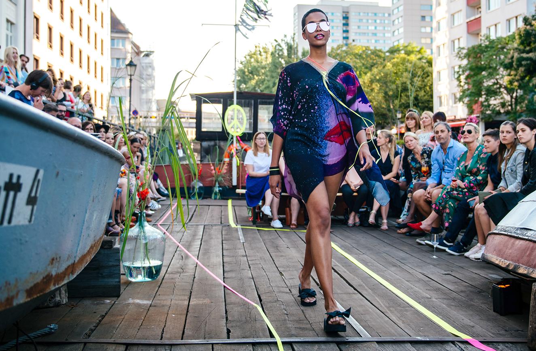 KIK/ANN Fashion Show Bei der Fashion Week präsentieren die Modeschöpferinnen von KIK/ANN gemeinsam mit der Upside Down Bar und dem art'otel Tuniken auf einem alten Schiff. 5. Juli 2018